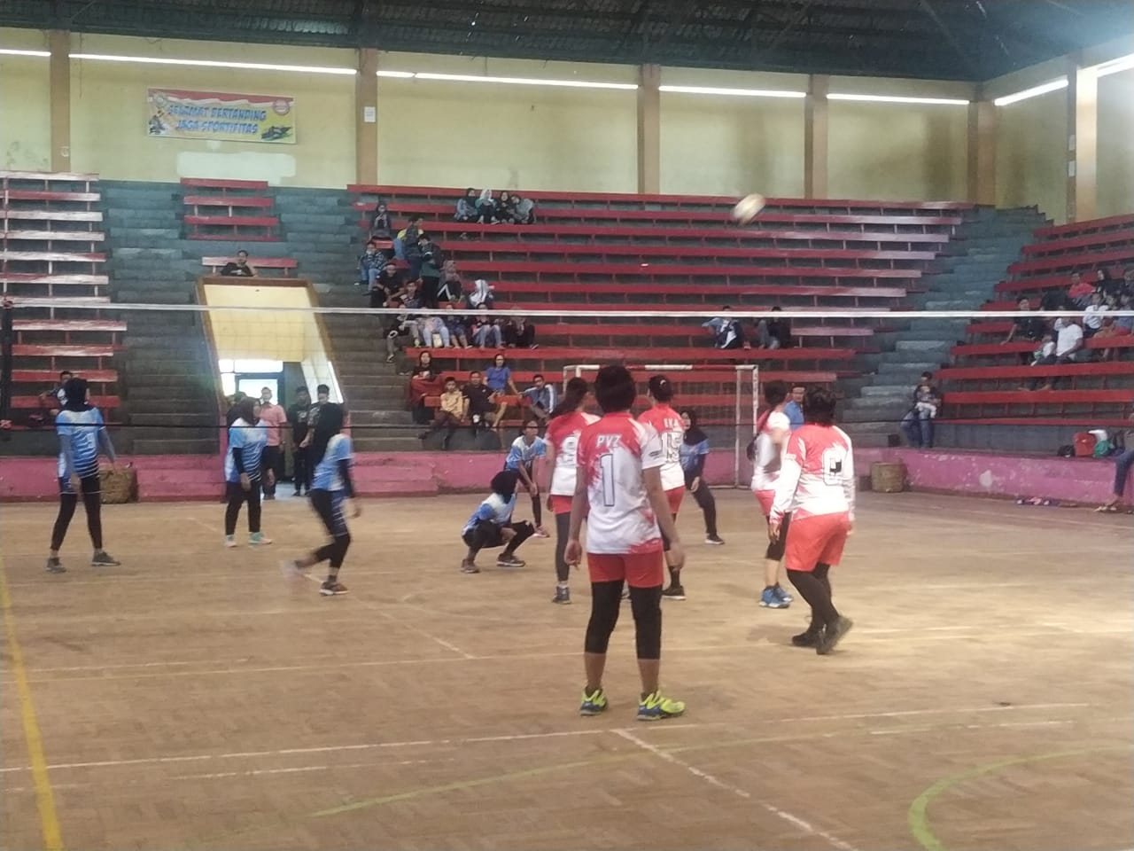 Suasana pertandingan bola volley putri antara Pervos Sukorejo melawan Bahurekso Kendal / foto dessy