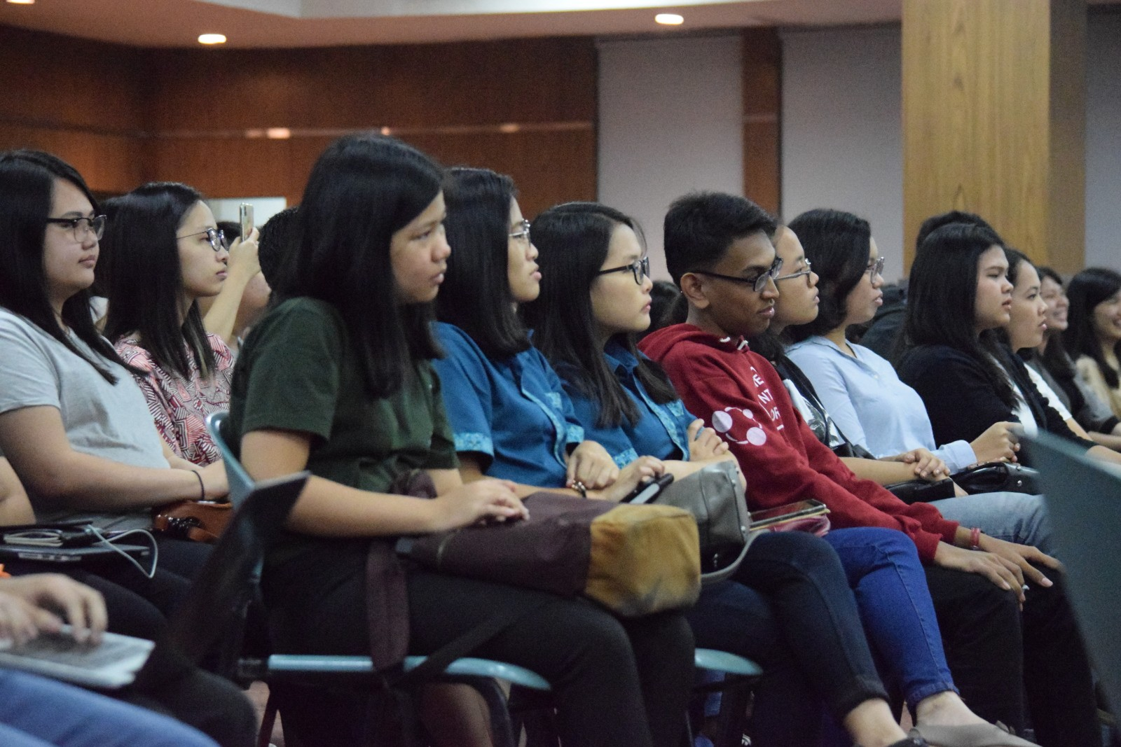 Mahasiswa Menyaksikan Talkshow Andovi Da Lopez