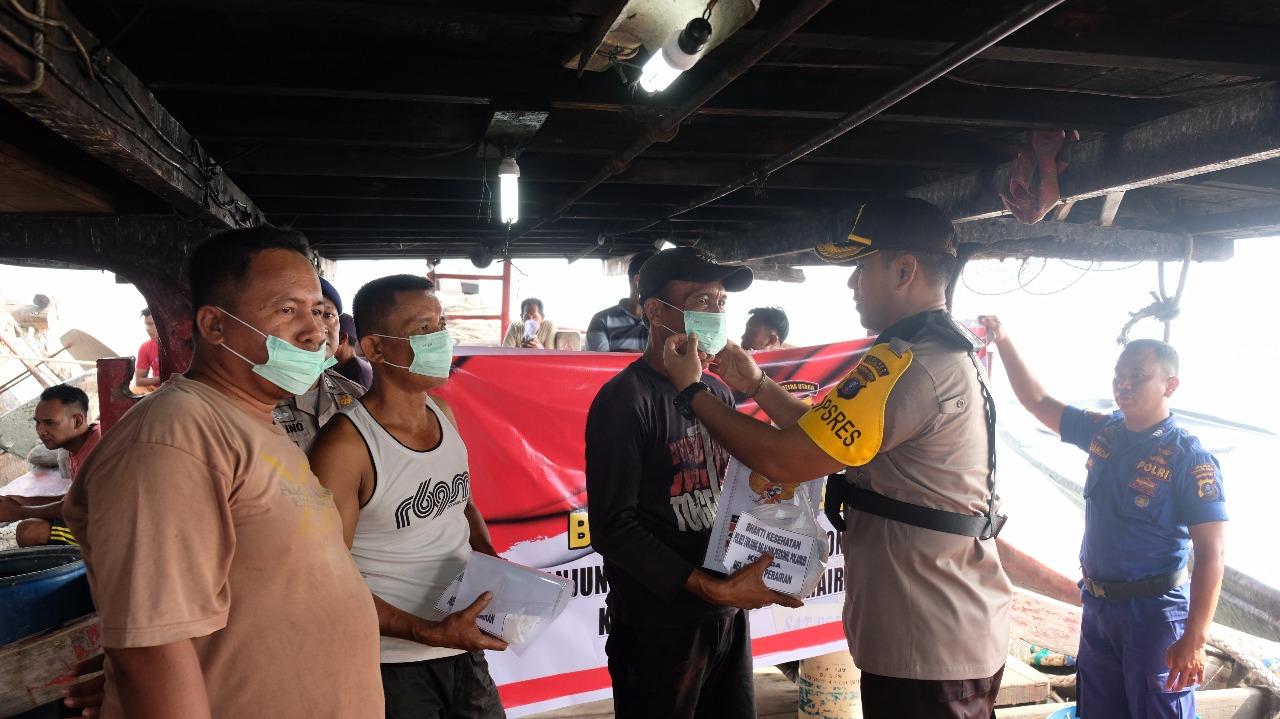 Kapolres Tanjungbalai memberikan masker kepada para pelayan yang ada di laut