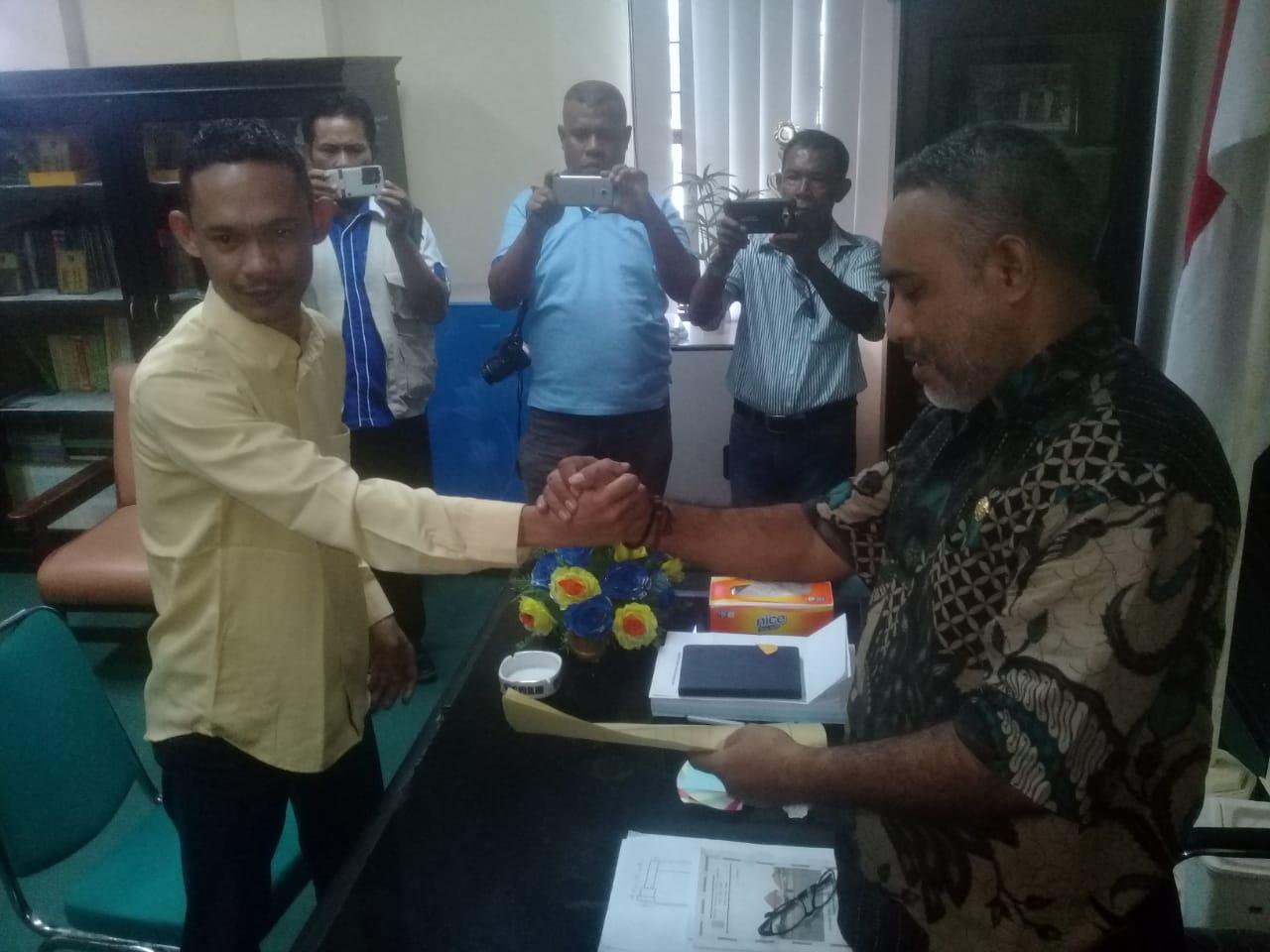 penyerahan sk kepada sekwan di kantor Dprd Kabupaten buru