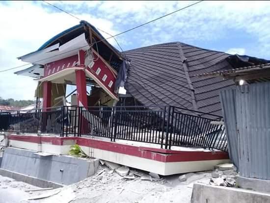 sebagaian rumah hancur saat setelah gempa 6,8 SR terjadi di Kota Ambon
