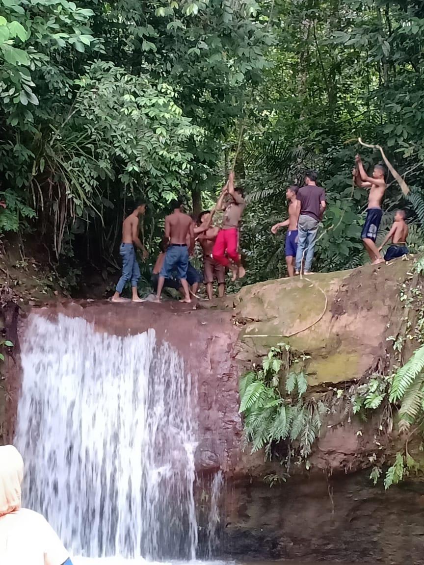 Pemuda Desa Balai Karang bermain di Air Terjun