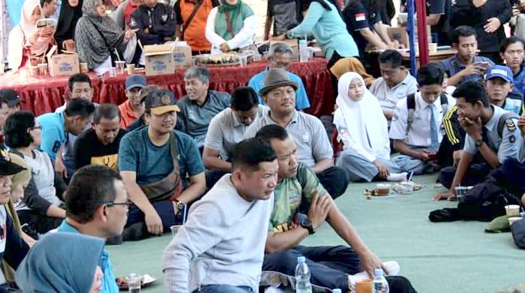 Kapolres Kendal AKBP Hamka Mappaita (kaos putih) hadir dalam acara ngopi bareng Bupati./foto-adang.