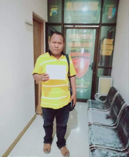 Achmad Rifai selaku pelapor sekaligus korban, membuktikan surat laporan di polda jatim.