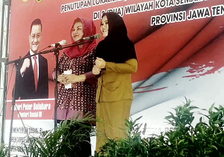 Keterangan foto Wakil Walikota Semarang Ir. Hj. Hevearita Gunaryanti Rahayu dan Bupati Kendal dr. Mirna Annisa MSi (Baju keki).