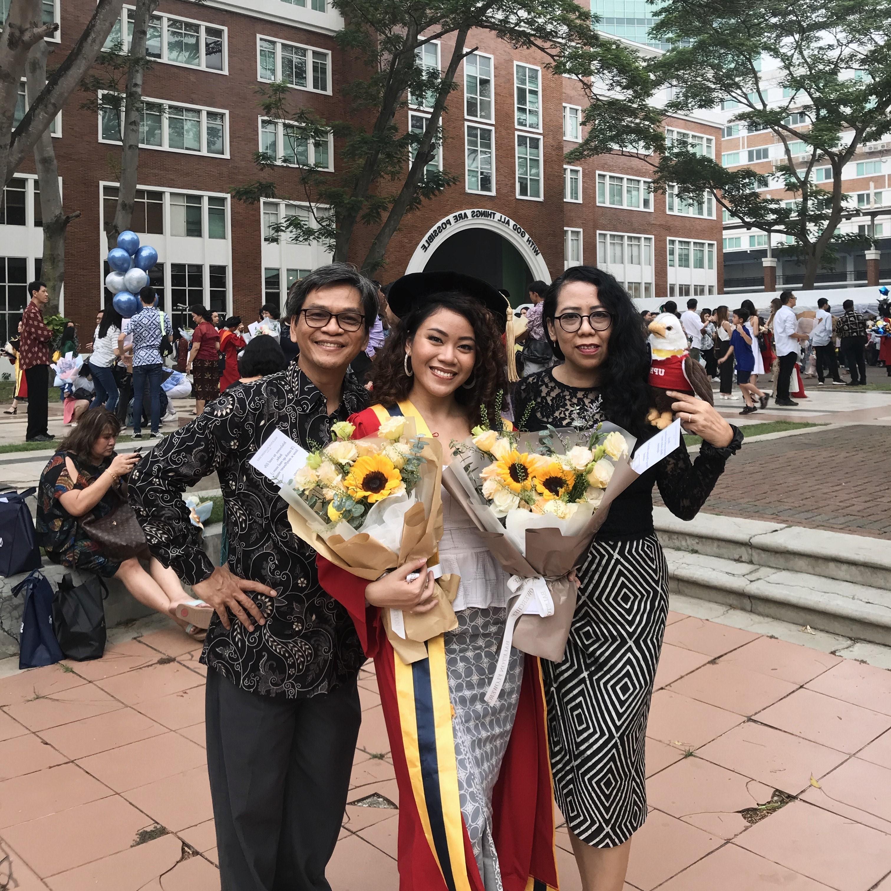 Moneva Lulusan Conservatory of Music (CoM) UPH bersama keluarganya