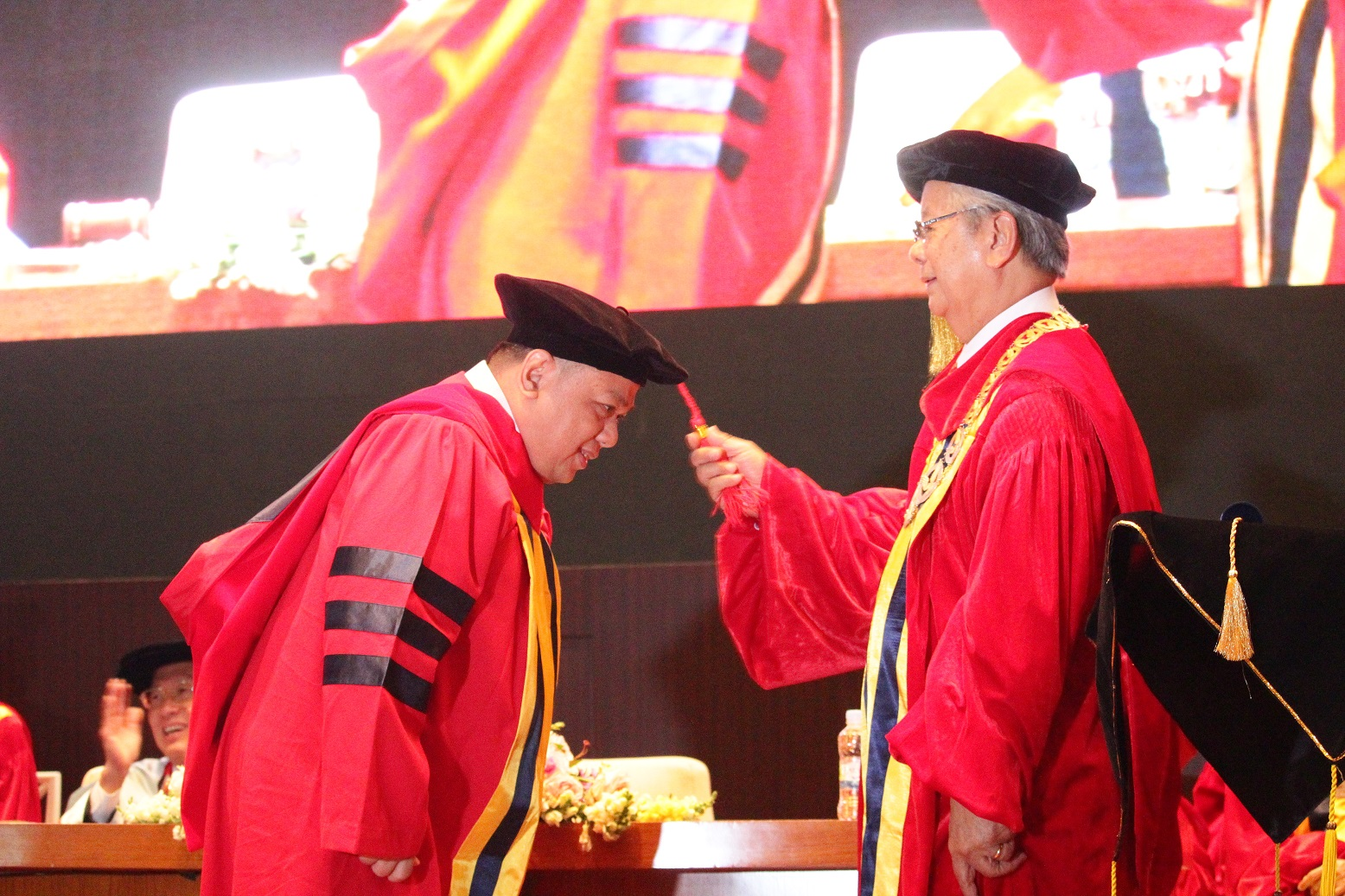 Rektor-UPH-Melantik-Wisudawan-terbaik-Doktor-Hukum-Wawan-Zulmawan