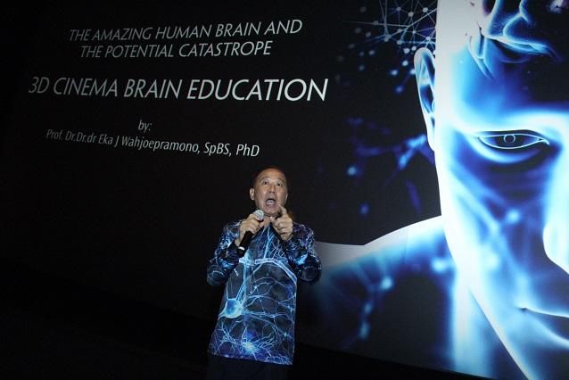Dekan Fakultas Kedokteran Universitas Pelita Harapan (UPH) Prof. Dr. Dr. dr. Eka Julianta Wahjoepramono, SpBS, Ph.D. memberi materi ilmu bedah syaraf dan otak kepada para peserta 3D Brain Cinema Education yang bertema The Amazing Human Brain And The Potential Catastrope di Cinemaxx MaxxBoxx, Lippo Village, Sabtu 30 November 2019. Sesi edukasi yang digelar oleh Fakultas Kedokteran UPH ini menarik diikuti karena membahas tentang bedah otak dan upaya penanganan terbaiknya yang diterangkan secara tampilan 3D oleh Prof. Eka Julianta. Wahjoepramono.