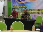 Keterangan foto Ketua DPRD Kendal Muhammad Makmun, saat memberikan sambutan (pegang mix), didampingi oleh Jefry SSos Ka.Subbag Pers dan Liputan Humas Pemkot Surabaya.