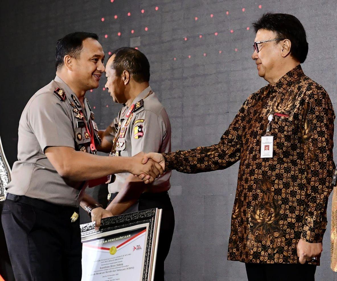 Keterangan foto : Kapolres Malang AKBP Yade Setiawan Ujung saat bersalaman dengan menteri.