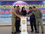 Keterangan foto Bupati Kendal dr. Mirna Annisa, Kasatpolkar Kendal Toni Ariribowo dan Sekda Kendal Moh Toha, menekan bel secara bersamaan sebagai tanda diluncurkan dan diresmikannya aplikasi SIAPP.