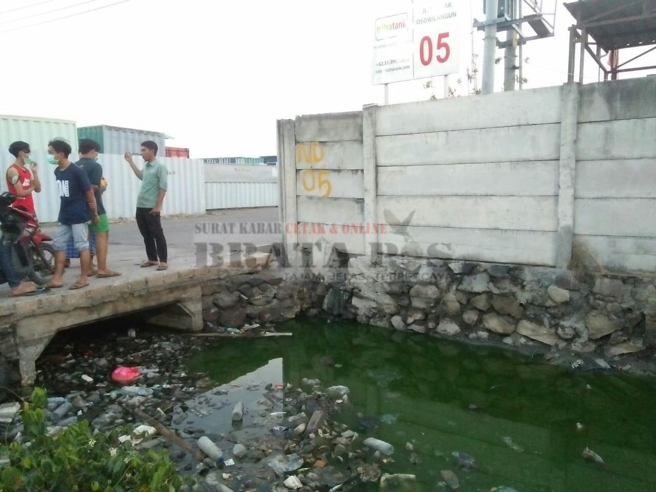 Keterangan foto : penyebab limbah air yang ada di saluran sampai berwarna hijau.