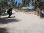 Saat Petugas dari Dinas PUR bagian teknis kabupaten rote ndao Menarik meter Dan mengukur pekerjaan fisik Jalan lapen dan rabat