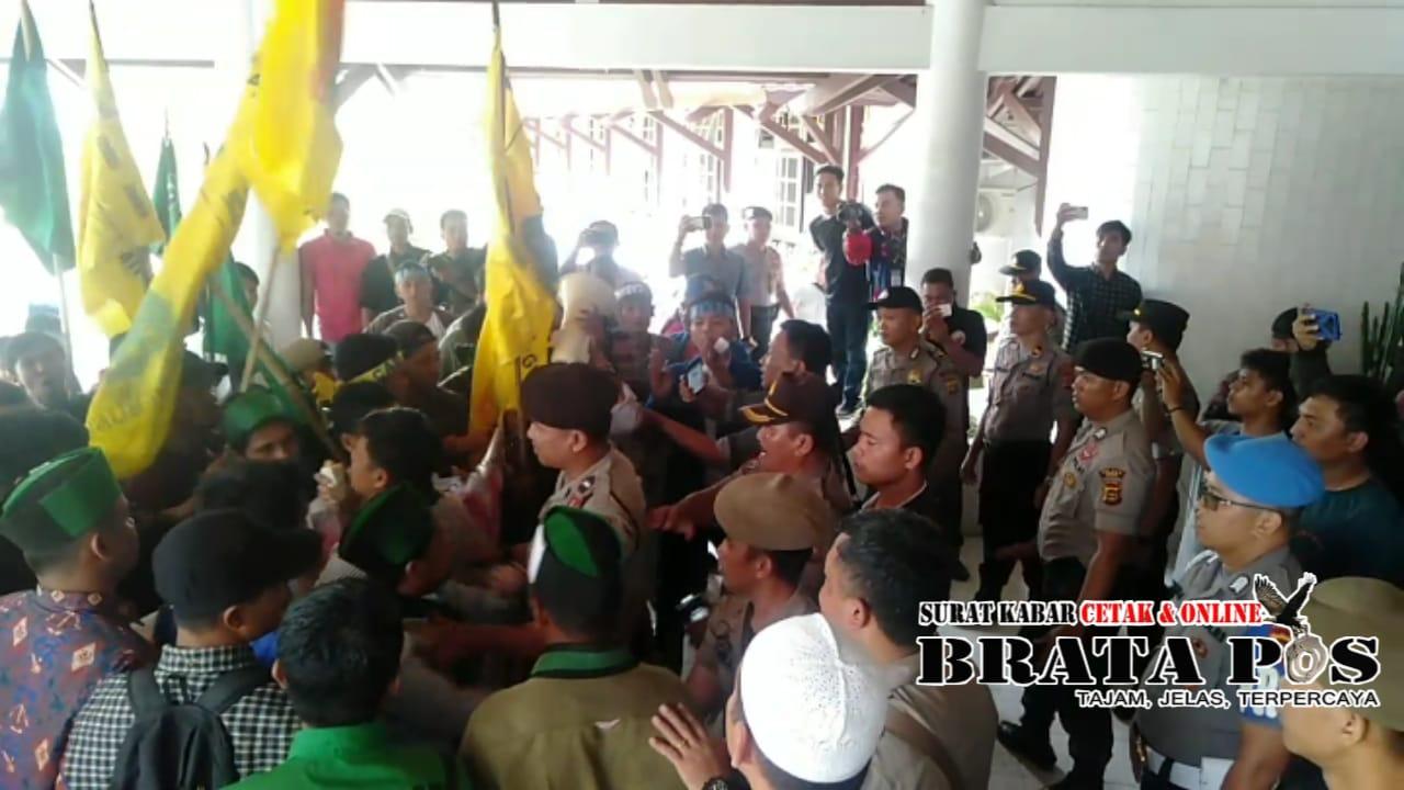 Mahasiswa mencoba menerobos masuk, terjadi Aksi dorong antara pihak keamanan dengan Mahasiswa