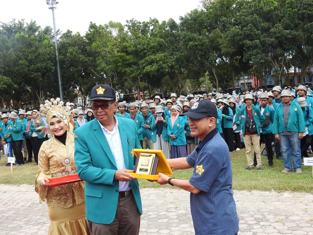 Pemberian Kenang kenangan kepada KN Universitas Syiah Kuala di Bumi muda sedia Kabupaten Aceh Tamiang