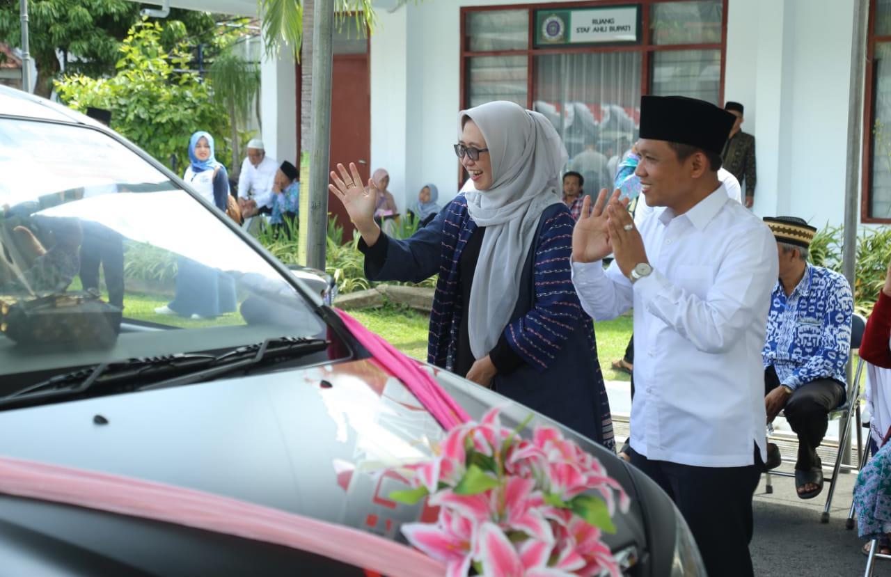Kedatangan Jama'ah Haji disambut Bupati Lumajang, Thoriqul Haq, M.ML., bersama Wakil Bupati, Ir. Indah Amperawati, M.Si