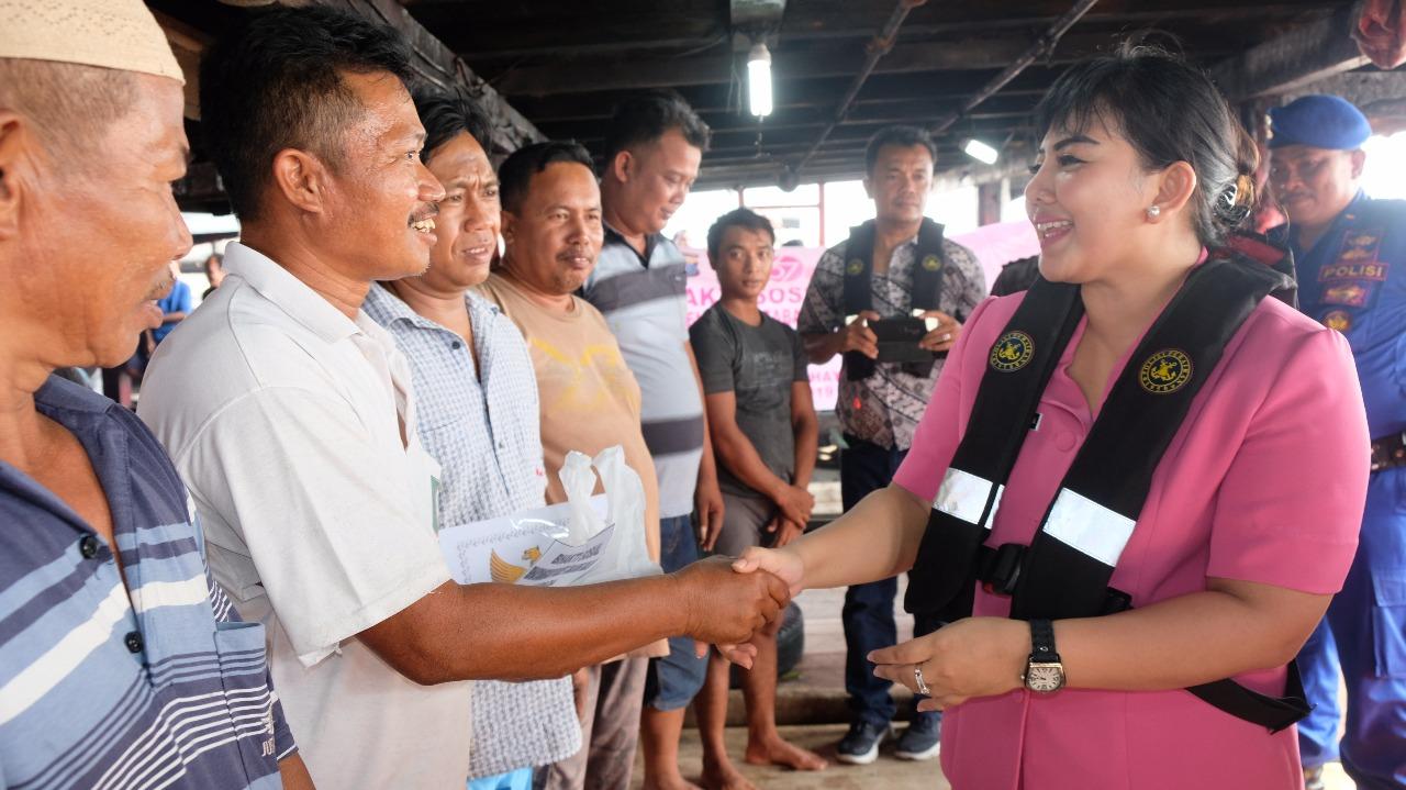 Ketua Cabang Bhayangkari Ny. Ditha Yudha Prawira saat memberikan masker kepada para pelayan