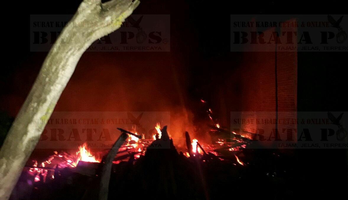 saat api membakar rumah milik warga