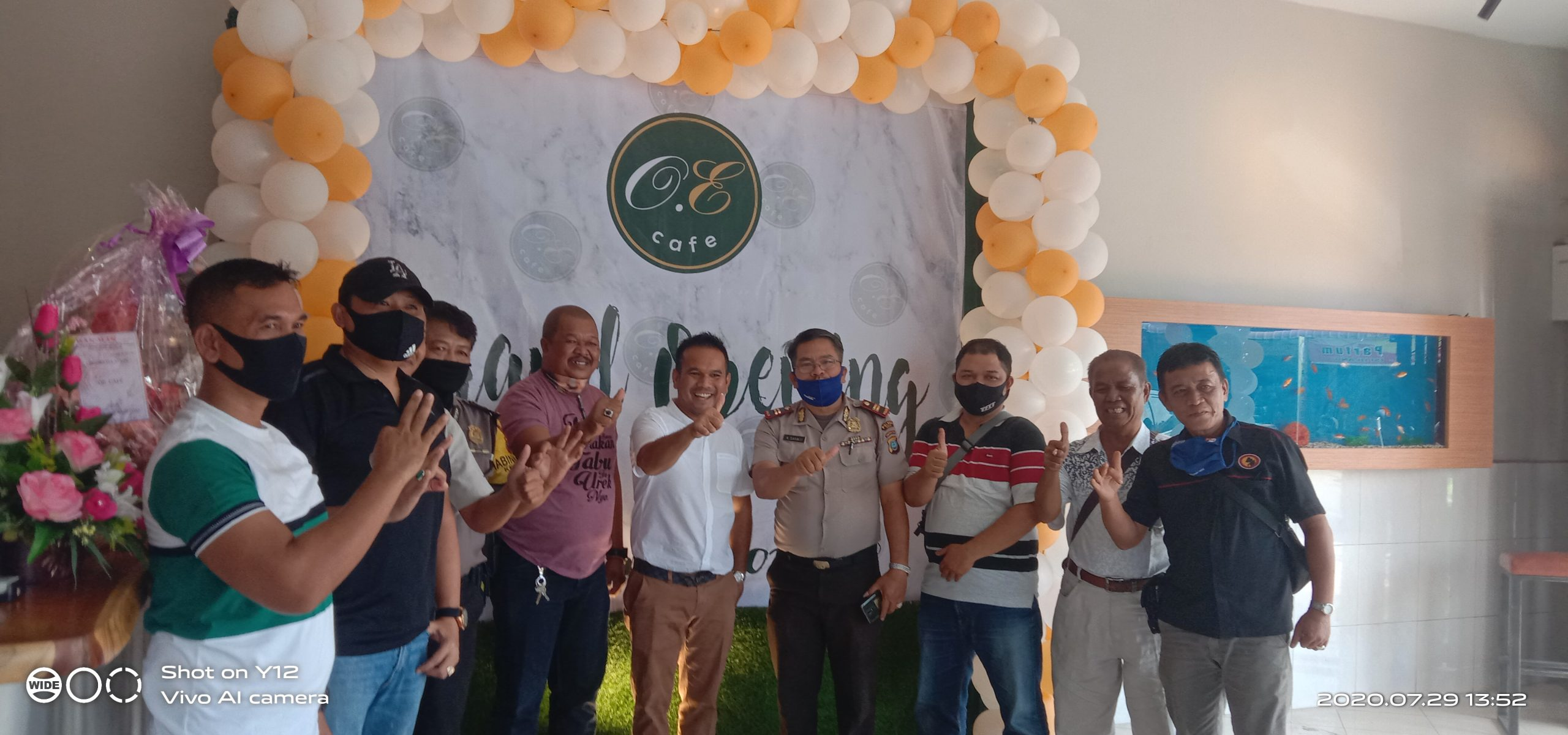 ket foto: Owner O.E Cafe Abadi Tarigan ( tegah-kemeja putih), bersama para tamu saat grand opening./dyk.p